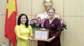 Trao Kỷ niệm chương Vì sự nghiệp Lao động – Thương binh và Xã hội cho Trưởng đại diện UNFPA tại Việt Nam