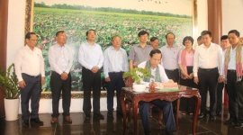 Bộ trưởng Đào Ngọc Dung và lãnh đạo tỉnh Đồng Tháp dâng hương  viếng Lăng mộ Cụ Phó bảng Nguyễn Sinh Sắc