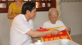 Bộ trưởng Đào Ngọc Dung thăm và tặng quà gia đình chính sách tỉnh Đồng Tháp