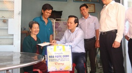 Minister Dao Ngoc Dung visits policy beneficiary families in Tay Ninh