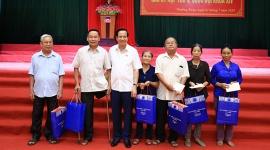 Bộ trưởng Đào Ngọc Dung tiếp xúc cử tri và tặng nhà tình nghĩa cho người có công huyện Thường Xuân (Thanh Hóa)