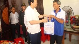 Bộ trưởng Đào Ngọc Dung thăm và tặng quà gia đình người có công tại tỉnh Tiền Giang