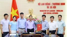 Thứ trưởng Lê Tấn Dũng trao Quyết định nghỉ hưu cho Giám đốc Trung tâm Điều dưỡng thương binh Thuận Thành