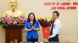 Trao Quyết định hưởng chế độ bảo hiểm xã hội cho đồng chí Phạm Ngọc Tiến