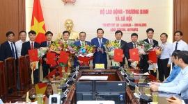 Bộ trưởng Đào Ngọc Dung trao quyết định bổ nhiệm 7 nhân sự Bộ Lao động – TBXH