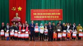 Bộ trưởng Đào Ngọc Dung tặng quà gia đình chính sách huyện Bát Xát (Lào Cai)