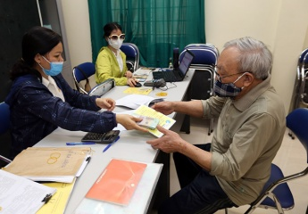 Hà Nội bắt đầu thực hiện chi trả lương hưu và trợ cấp tại nhà để phòng, chống dịch Covid-19 lây lan