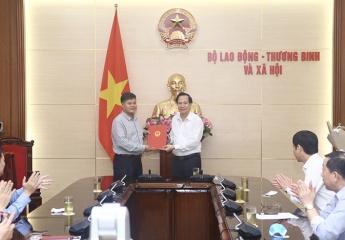 Bộ trưởng Đào Ngọc Dung trao Quyết định nghỉ chế độ BHXH cho Chánh Văn phòng quốc gia về giảm nghèo