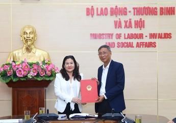 Trao Quyết định hưởng chế độ BHXH cho đồng chí Phạm Công Thành