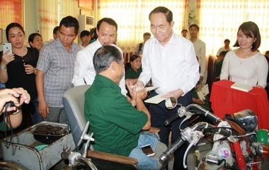 Chủ tịch nước Trần Đại Quang thăm và tặng quà tại Trung tâm Điều dưỡng thương binh và Người có công Long Đất