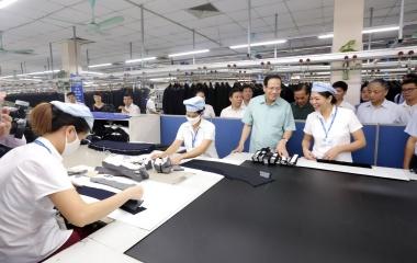 Bộ trưởng Bộ Lao động – Thương binh và Xã hội thăm hỏi, lắng nghe nguyện vọng của công nhân ngành may về chính sách lao động