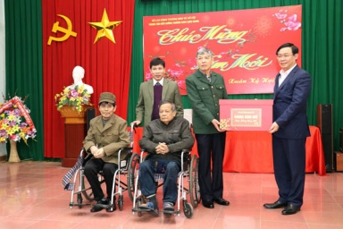 Phó Thủ tướng Vương Đình Huệ trao quà tết cho thương bệnh binh tại tỉnh Bắc Giang