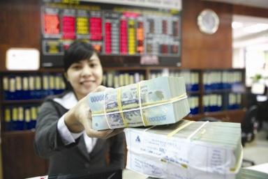 Doanh nghiệp, người gửi tiền không khỏi không lo lắng