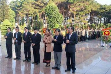 Lãnh đạo UBND tỉnh Đắk Lắk dâng hương lên các anh hùng liệt sĩ tại nghĩa trang liệt sĩ tỉnh nhân dịp Tết Canh Tý 2020