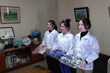 Thực tập sinh Việt Nam tại Nhật Bản làm khẩu trang tặng cho đồng nghiệp và người Nhật Bản phòng chống dịch Covid-19