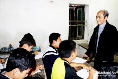 Thầy giáo 30 năm mở lớp dạy miễn phí cho trẻ em nghèo