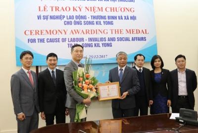 Thứ trưởng Doãn Mậu Diệp trao Kỷ niệm chương cho Giám đốc Trung tâm EPS tại Việt Nam