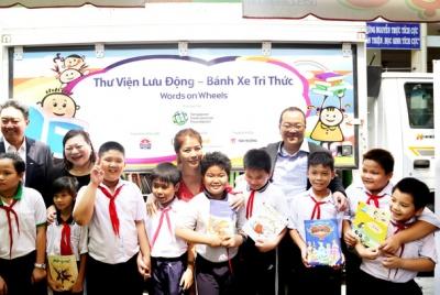 Các nhà tài trợ Singapore hỗ trợ học sinh Việt Nam tiếp cận với sách và thiết bị đa phương tiện