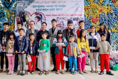 Đại sứ Foodbank ca sĩ Kelvin Trần cùng trẻ mồ côi, người già neo đơn đón Tết