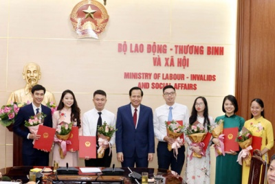 Minister Dao Ngoc Dung handed over the recruitment Decision to excellent candidates