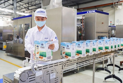 """Vinamilk """"Bắn phát pháo"""" đầu năm với lô hàng sữa hạt và sữa đặc lớn đi Trung Quốc"""
